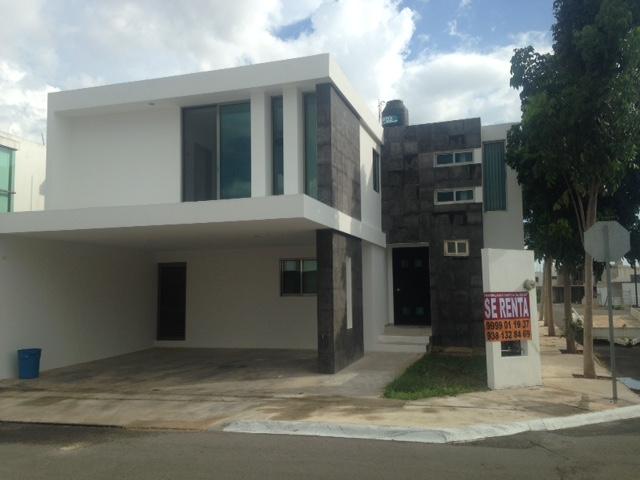 Casa en renta en Altabrisa Privada Torremolinos con Alberca. Merida